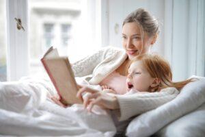 Mama czyta dziecku ksiązkę
